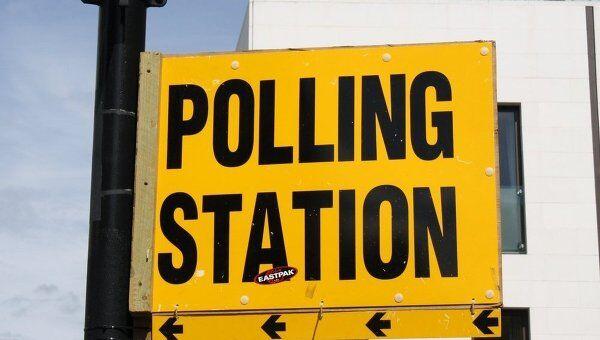 Указатель около избирательного участка в Лондоне