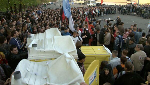 Митингующие на Болотной попытались превратить туалеты в баррикады
