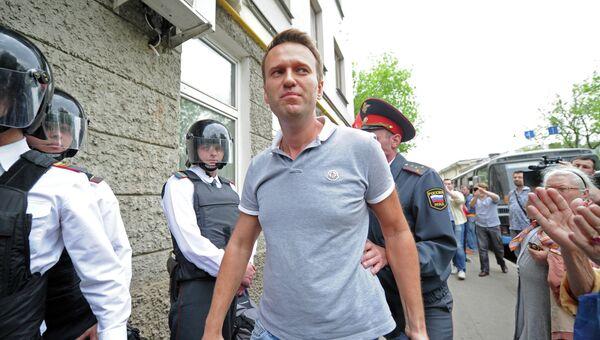Блогер Алексей Навальный у входа в здание мирового судебного участка столичного района Якиманка