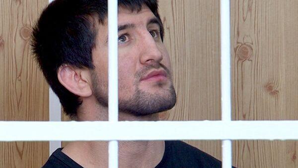 Мирзаев, меняя выражение лица, слушал решение суда по продлению его ареста