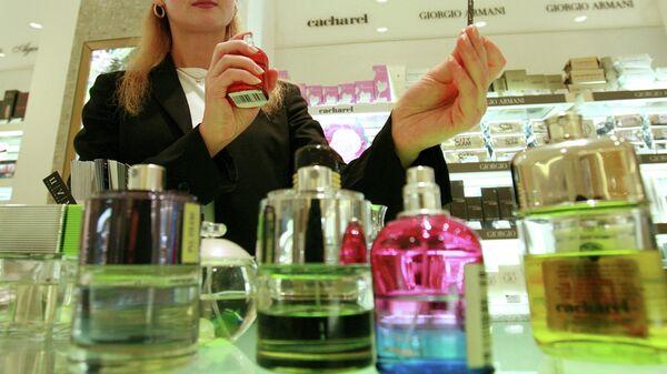 В парфюмерном отделе.