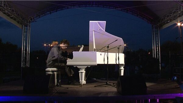 Автор Белой стрекозы любви сыграл на рояле ночью в парке Горького