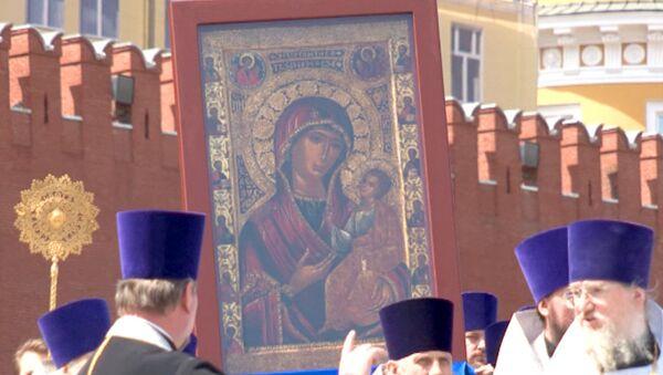 Сотни верующих на Васильевском спуске помолились чудотворной Иверской иконе