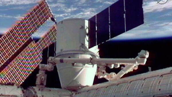 Американский космический корабль Dragon пристыкован к МКС