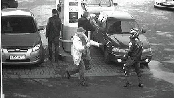 Кадры нападения байкера на певца Юрия Антонова на АЗС осенью 2011 года