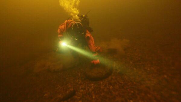 Находки дайверов во время уборки на дне водоема в Москве. Подводная съемка