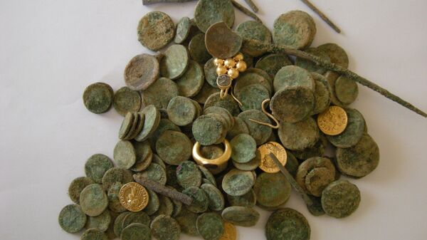 Клад древних монет и украшений