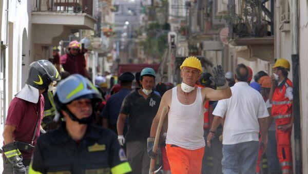 Итальянские пожарные и сотрудники спасательных служб на месте обвала зданий городе Конверсано (Conversano) провинции Бари
