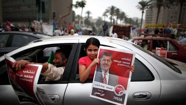 Сторонники Мухаммеда Мурси празднуют его победу на президентских выборах в Египте