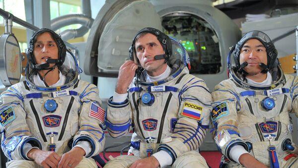 Астронавт Санита Уилльямс, космонавт Юрий Маленченко, астронавт Акихомо Хашиде. Архив