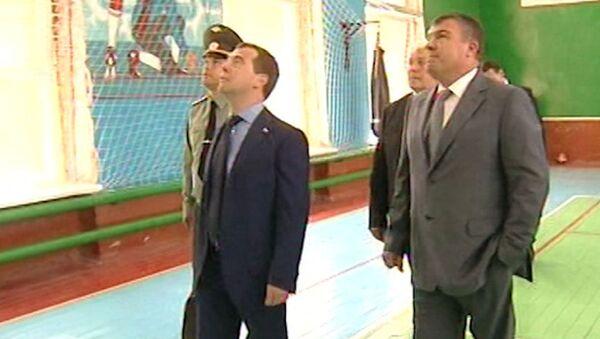 Медведев в военгородке зашел в спортзал, в котором полвека не было ремонта