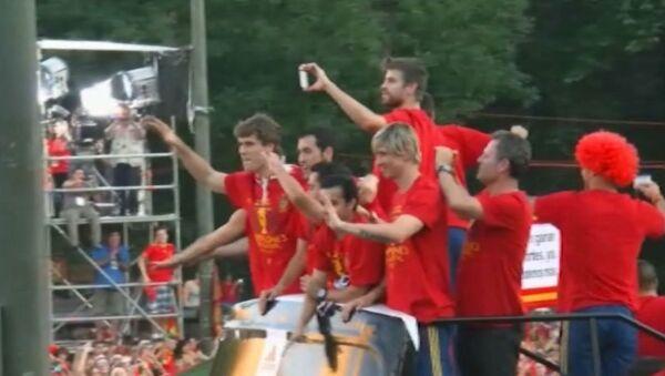 Автобус с победителями Евро-2012 застрял в пробке из ликующих болельщиков