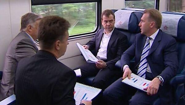 Медведев проехался в новом аэроэкспрессе и сфотографировал его на iPhone