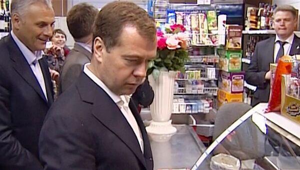 Медведев завел традицию покупать корюшку в одном и том же магазине