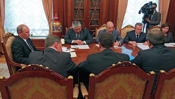 Владимир Путин (слева) на совещании в Кремле по последствиям наводнения на Кубани. Архив