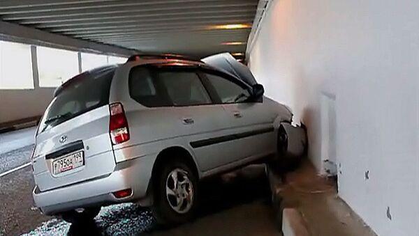 Hyundai на полном ходу врезался в стену тоннеля на юге Москвы
