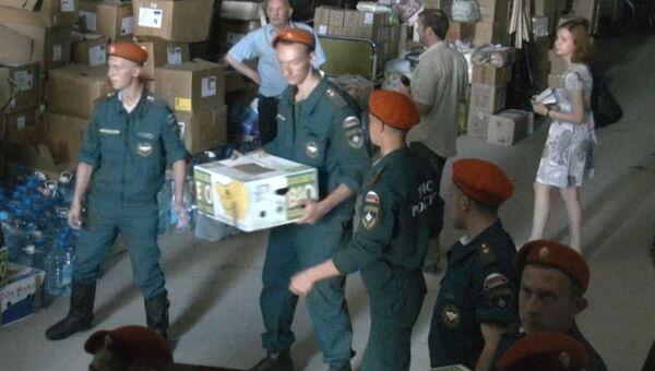 Курсанты МЧС погрузили в фуру 20 тонн вещей для отправки в Крымск