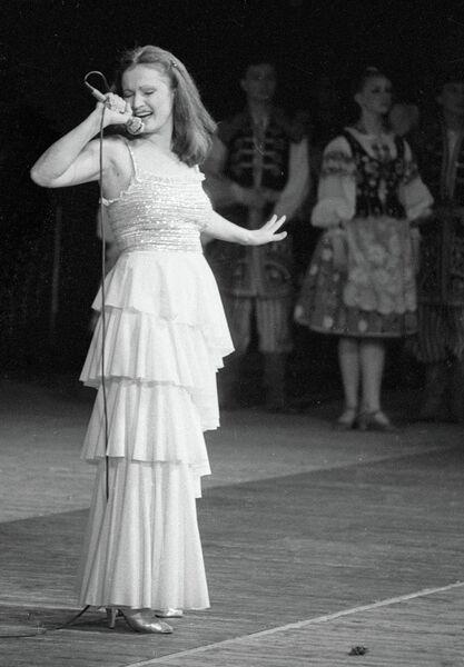 Народная артистка Украинской ССР Ротару выступает на концерте