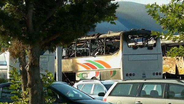 Полиция оцепила почерневший и искореженный от взрыва автобус в Бургасе