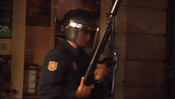 Испанская полиция стреляет в демонстрантов резиновыми пулями