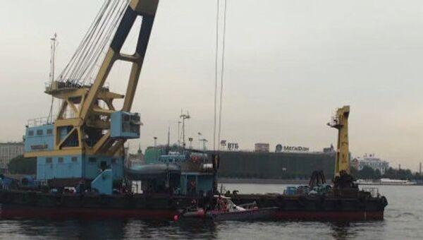 Специалисты начали подъем затонувшего на Неве судна