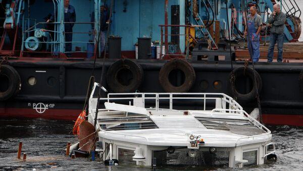 Подъем затонувшего катера типа росси на Неве