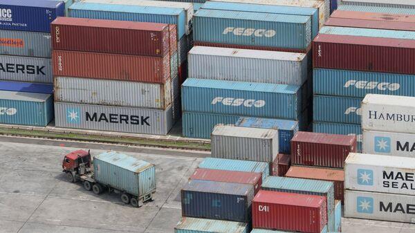 Грузовые контейнеры в торговом порту