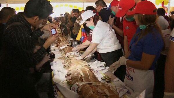Мексиканцы начинили 700-килограммовый сэндвич мясом, рыбой и овощами