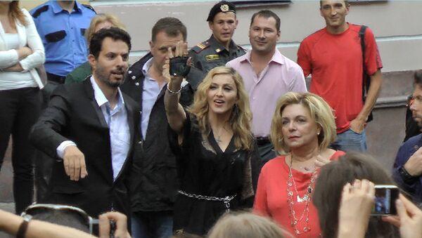 Фанаты встречали Мадонну восторженными криками после пяти часов ожидания