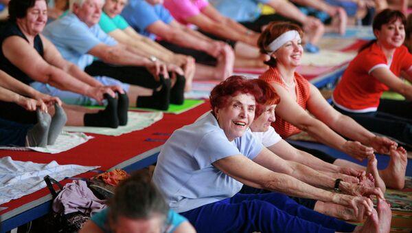 Люди пожилого возраста занимаются хатха-йогой в академии здорового образа жизни в Ставрополе. Архивное фото