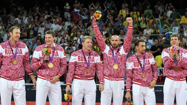 Игроки сборной России завоевавшие золотые медали в мужском волейбольном турнире XXX летних Олимпийских игр в Лондоне