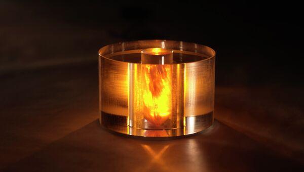 Ядро мазера, подсвеченное желтым светом накачивающего лазера