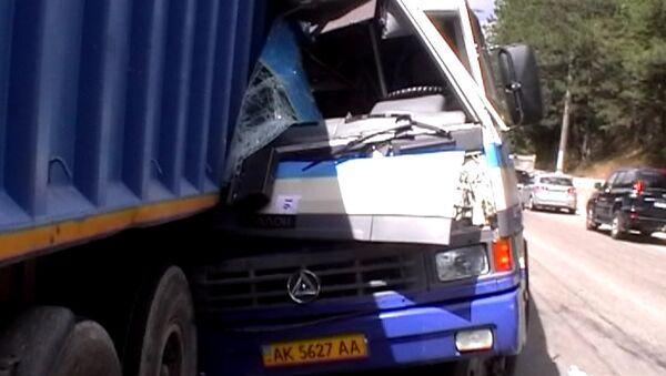Автобус искорежило после столкновения с грузовиком в Крыму
