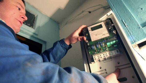 Проверка прибора учета потребления электроэнергии. Архивное фото