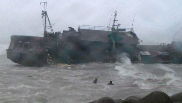 Тайфун Болавен выбросил на скалы рыболовецкие судна