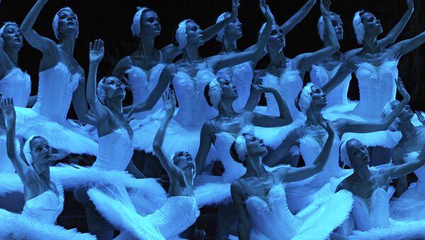 Сцена из балета на музыку П.И.Чайковского Лебединое озеро. Архивное фото