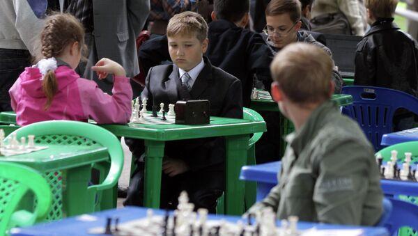 Дети играют в шахматы. Архив