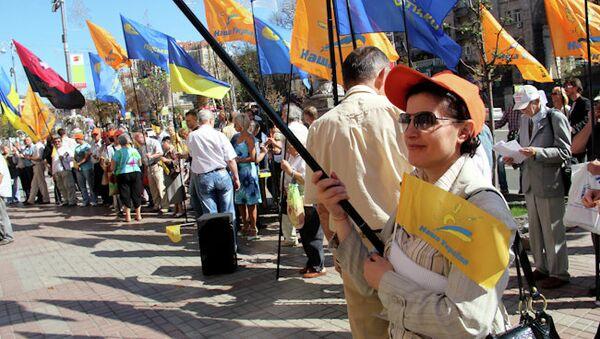 В Киеве перед зданием мэрии проходит акция против придания русскому языку статуса регионального.