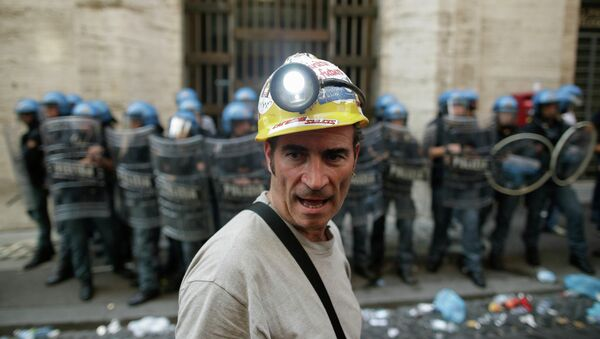 Рабочие металлургической компании Alcoa проводят акцию протеста в Риме