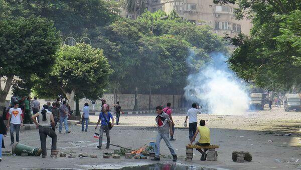 Столкновение полицейских и протестующих недалеко от площади Тахрир в Каире
