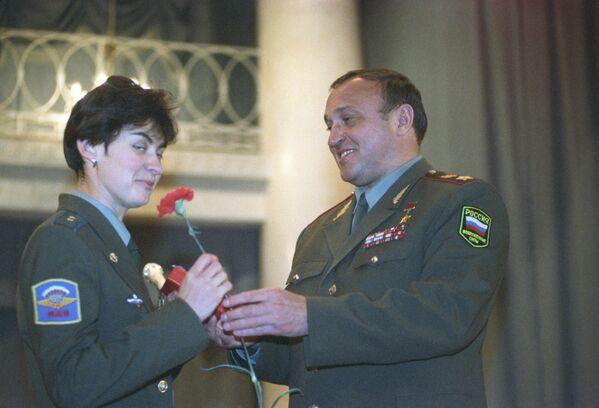 Министр обороны РФ Павел Грачев поздравляет спортсменок