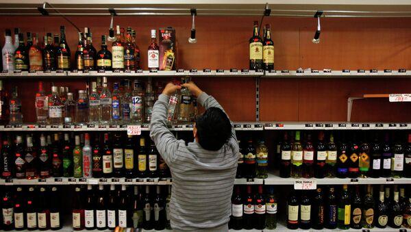 Владелец магазина в Праге убирает с полок бутылки с крепким алкоголем