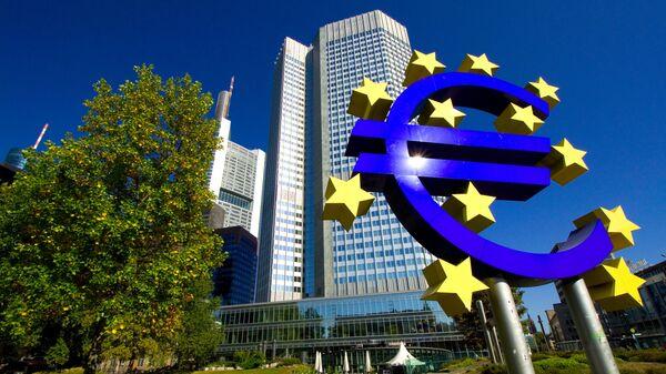 Знак евро перед зданием европейского центрабанка во Франкфурте-на-Майне