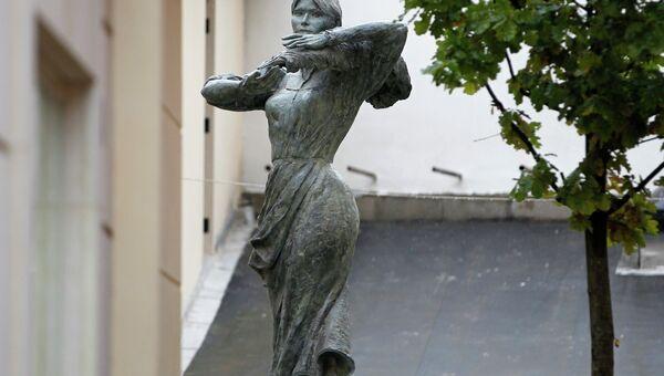 Памятник итальянской работнице с лицом Карлы Бруни