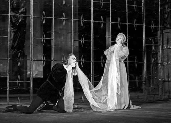 Артисты Московского академического театра имени В.Маяковского в сцене из спектакля Гамлет