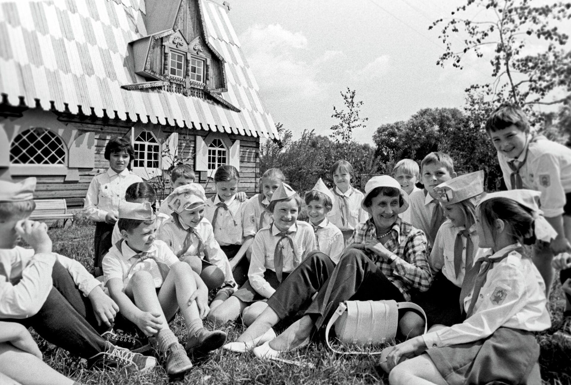 Шведская писательница А.Линдгрен, член жюри конкурса детских фильмов, в подмосковном пионерском лагере - РИА Новости, 1920, 12.01.2021