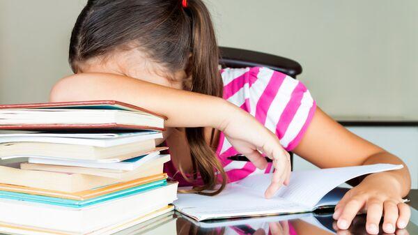 Ребенок уснул за учебниками
