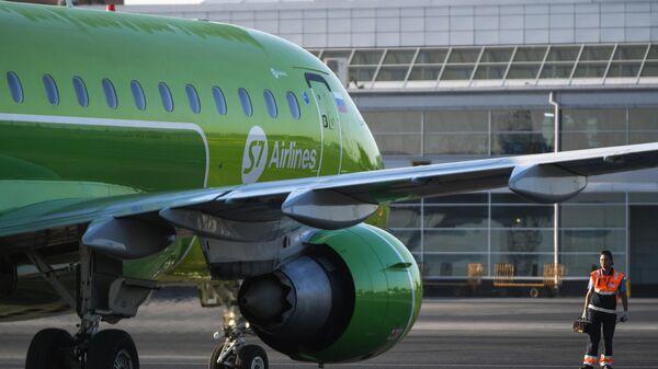 Самолет Embraer-170 авиакомпании S7 в аэропорту Толмачево