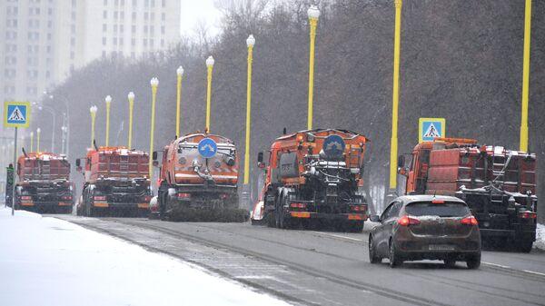 Снегоуборочная техника коммунальных служб во время уборки снега на в Москве