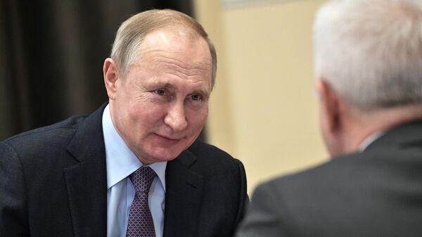 Президент РФ Владимир Путин во время встречи с председателем правления ПАО Лукойл Вагитом Алекперовым